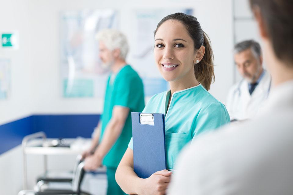 Junge Krankenschwester bei der Arbeit