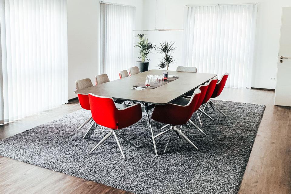 Meetingraum mit roten Stühlen
